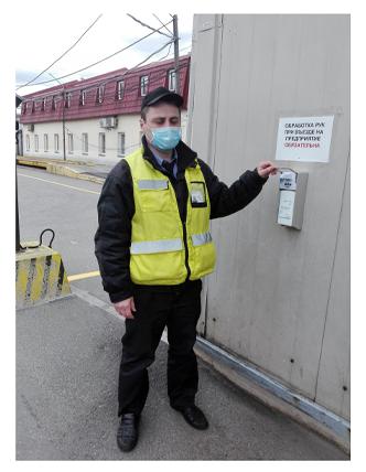 охранник ГК Император в маске на заводе